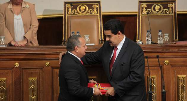 Vice-president Nicolas Maduro hands over the yearly review to national assembly president Diosdado Cabello (AVN)
