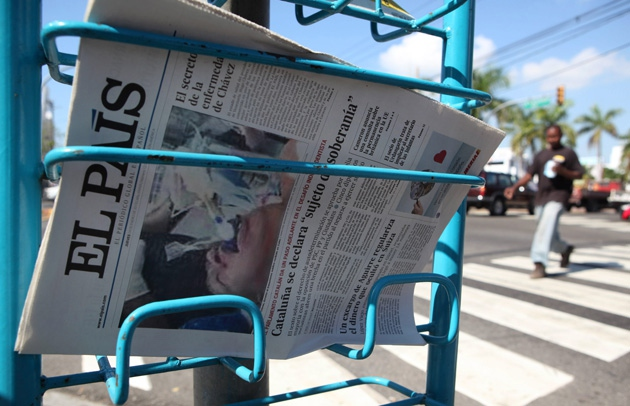 A copy of El País on sale yesterday with the false image on the front page (EFE/Orlando Barría)