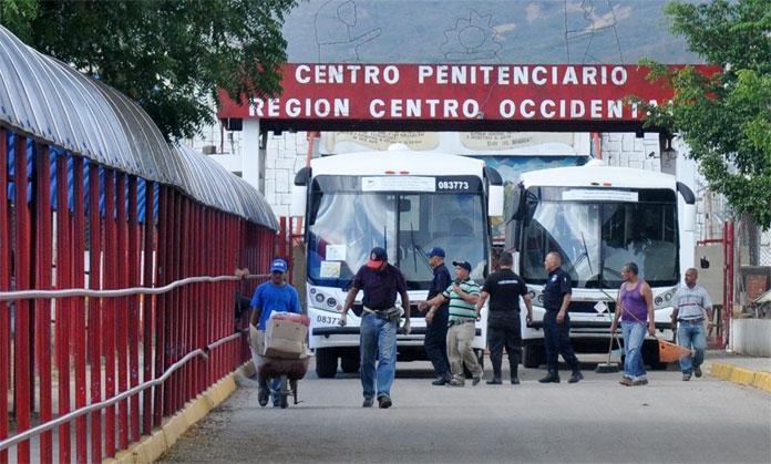 Outside the Uribana prison complex where dozens were killed in a massacre on Friday (El Impulso)