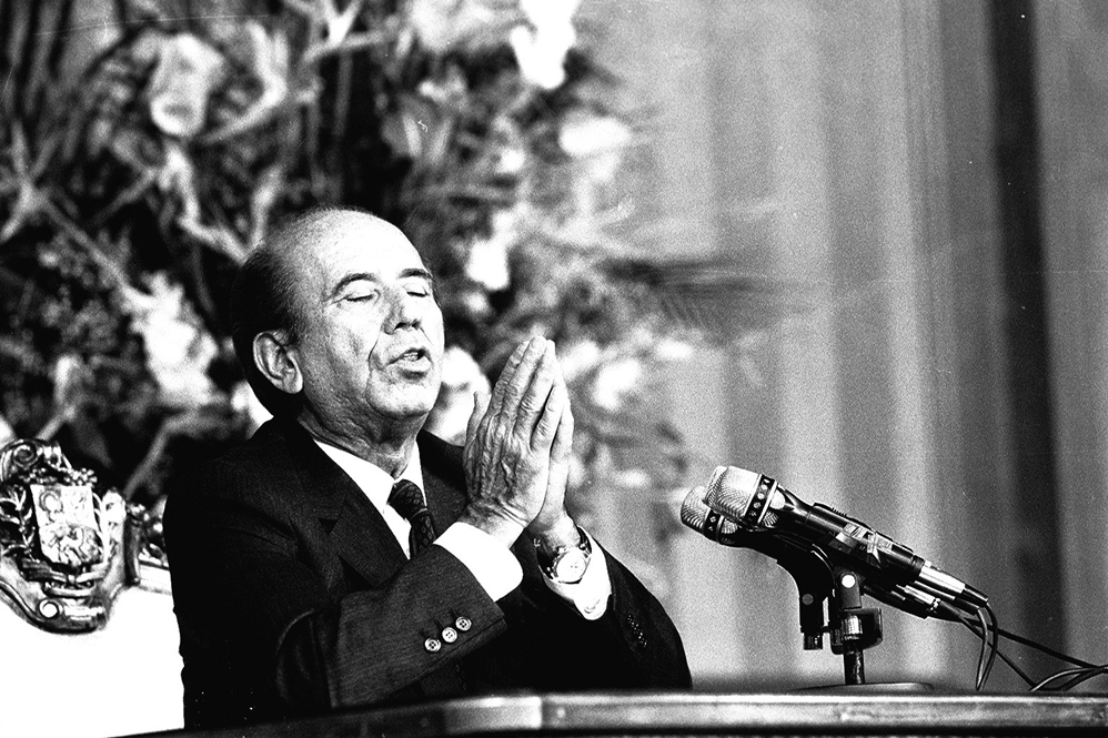 President Carlos Andrez Perez praying (National Library)