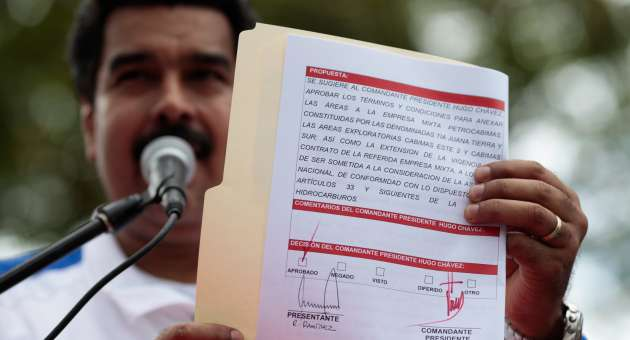 """Showing the document bearing Chavez's signature, Vice President Maduro declared, """"we have a president governing"""". (AVN)"""