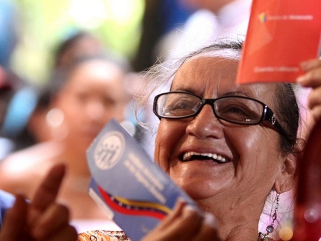 A Venezuelan woman receiving her old age pension for the first time (archive)
