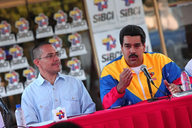 Communications Minister Ernesto Villegas (left) and Vice President Nicolás Maduro (right) announced the launch of the new system in Caracas yesterday (AVN / Alexander Gómez)