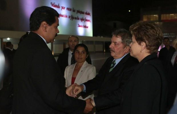 Former President of Brazil Luiz Inácio Lula de Silva greets Venezuelan Vice President Nicolás Maduro upon arriving to Caracas on Thursday (VTV)
