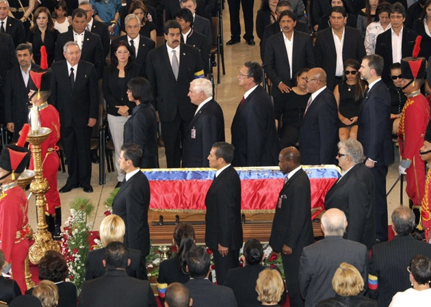 World leaders flank the casket of Venezuelan President Hugo Chavez in a moment of silence (EFE)