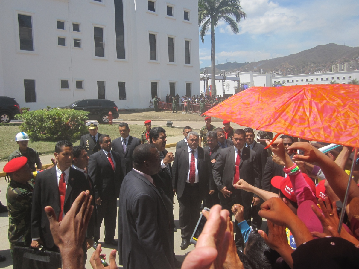 "Venezuelan interim president Nicolas Maduro chanting with supporters, ""Chavez lives, the struggle continues!"" (Ewan Robertson / Venezuelanalysis.com)"