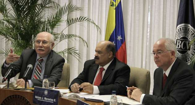 Finance minister Jorge Giordani (left) and president of the Central Bank, Nelson Merentes (middle) in the press conference today (AVN)
