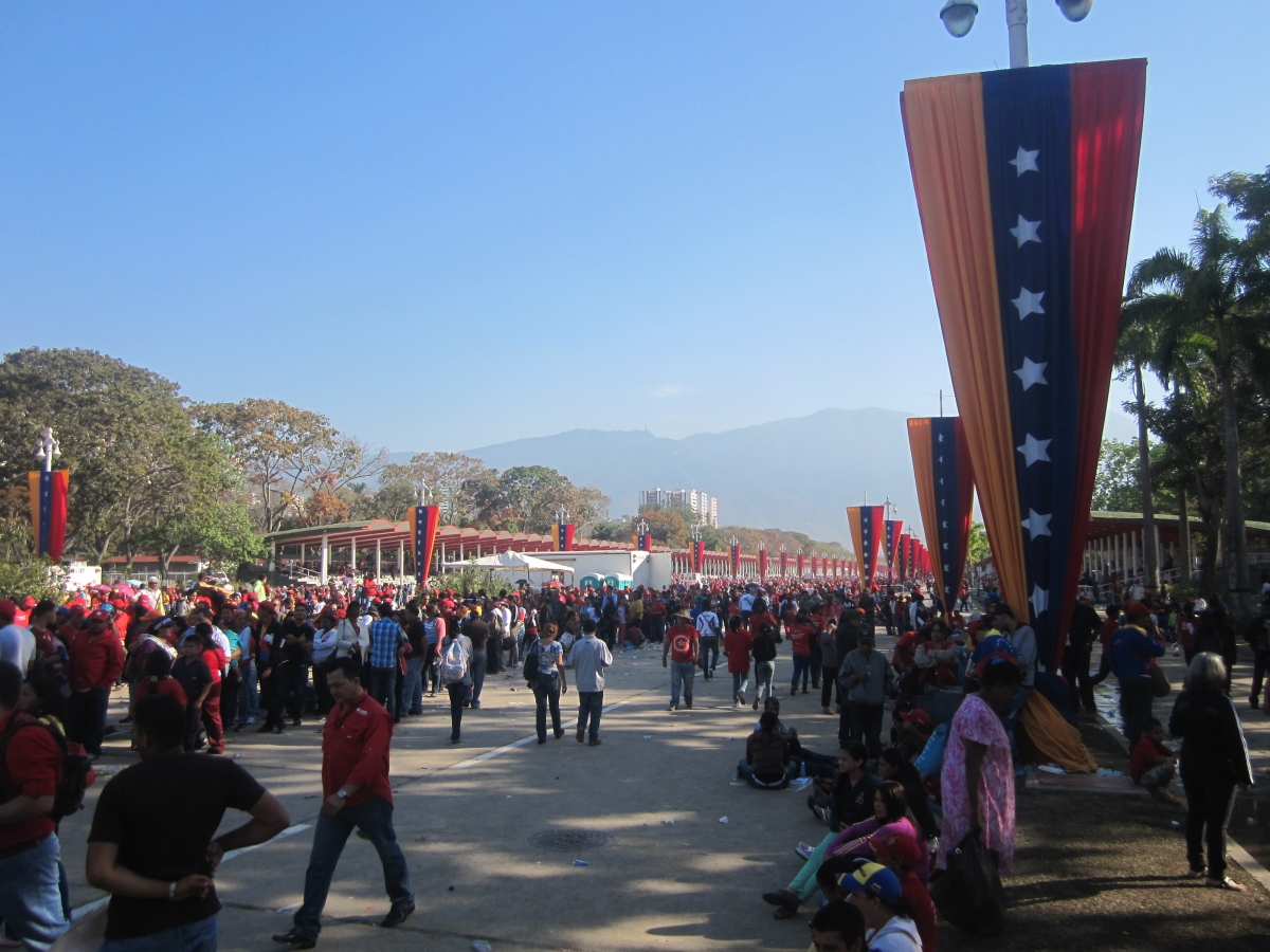 The queue from the ground on the morning of Chavez's funeral (Ewan Robertson / Venezuelanalysis.com)