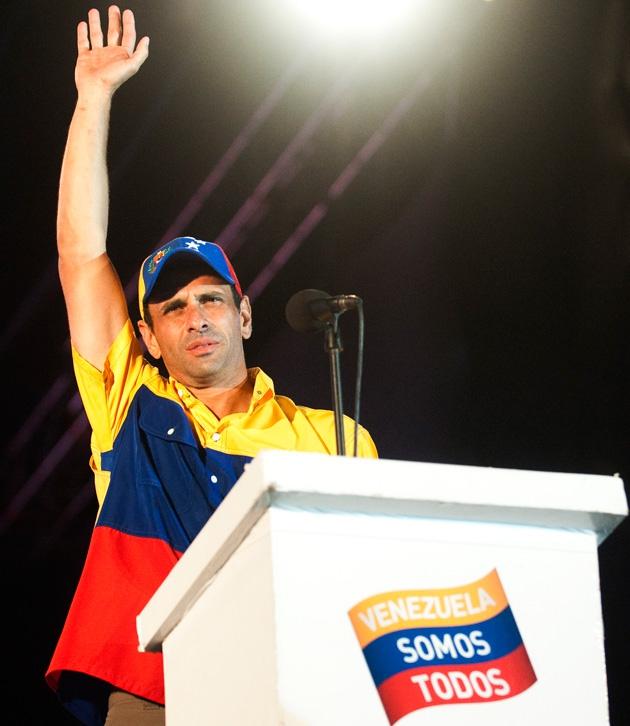 Capriles waving to supporters (Raul Arboleda / AFP)