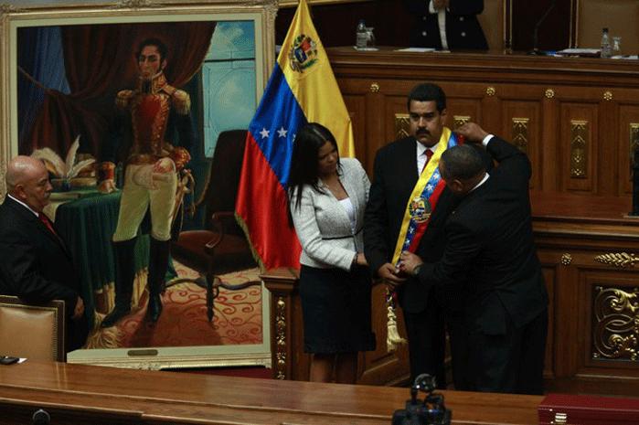 Maduro receiving the presidential sash (Prensa Presidencial)