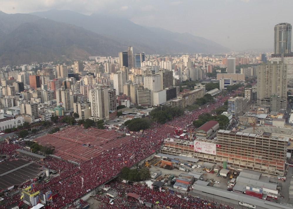 An aerial shot of central Caracas filling with Chavistas the day of Nicolas Maduro's final campaign rally (Comando Hugo Chavez)