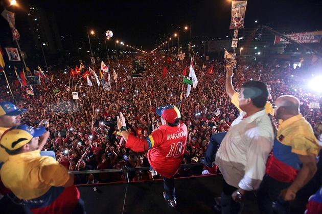Maduro looking out across the Avenida Bolivar (AFP / Presidencia)