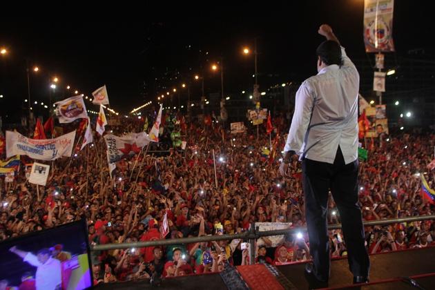 Maduro saluting the crowd (AVN)