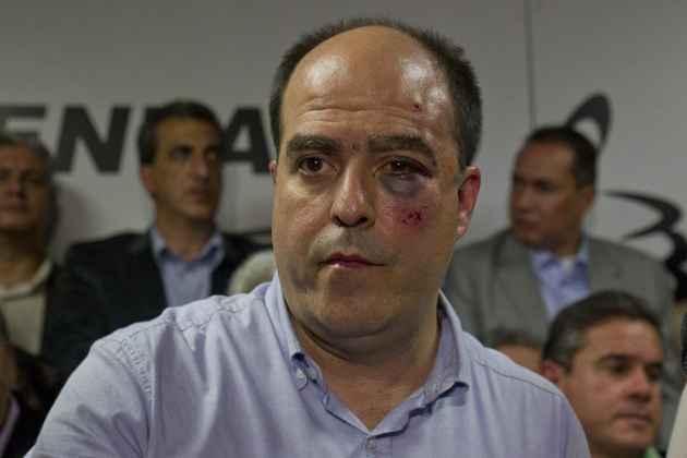 Opposition legislator Julio Borges after being attacked in the National Assembly (EFE / Boris Vergara)