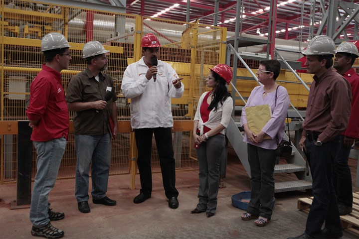 Venezuelan President Nicolas Maduro and various government officials during a visit to a brick factor on Saturday (Panorama)
