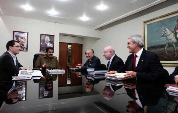 President Maduro (second from the left) in a meeting with Venevision representatives (agencies)
