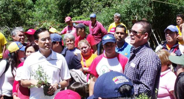 A meeting between Environment Minister Dante Rivas and environmentalists with the tree planting mission in El Valle, Mérida, as part of the Street Government this week (AVN)