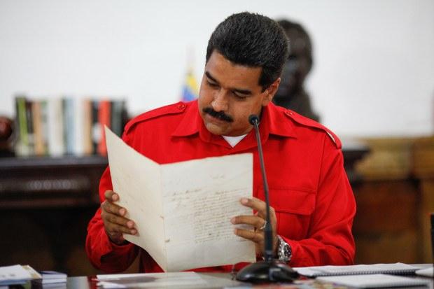 Maduro with the letter by Simon Bolivar (Prensa Presidencial)