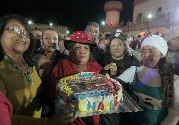 A birthday cake prepared by some Caracas residents. (AVN)