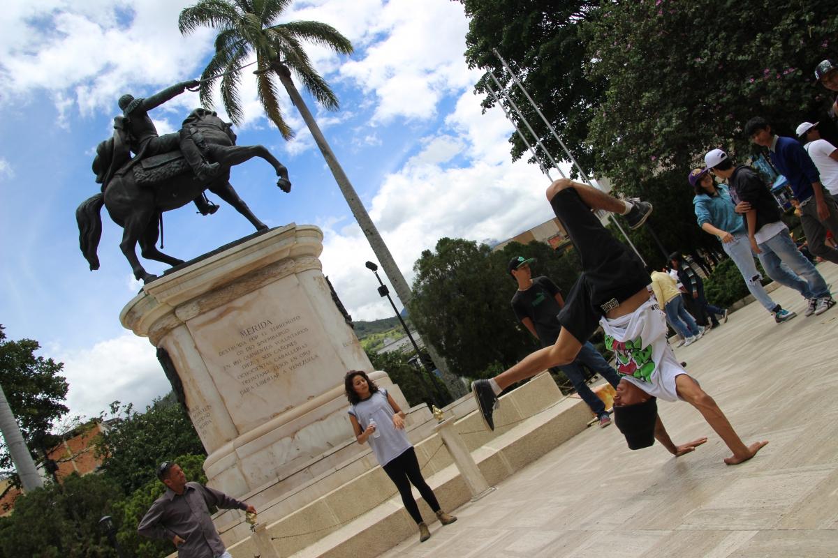 Breakdancers in Bolivar Square, Merida. (Ryan Mallett-Outtrim/Venezuelanalysis)