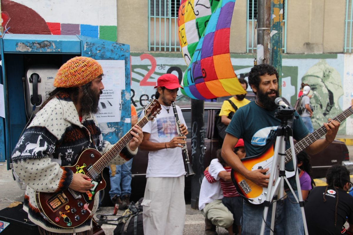 Mural painters were spurred on by a local band. (Ryan Mallett-Outtrim/Venezuelanalysis)