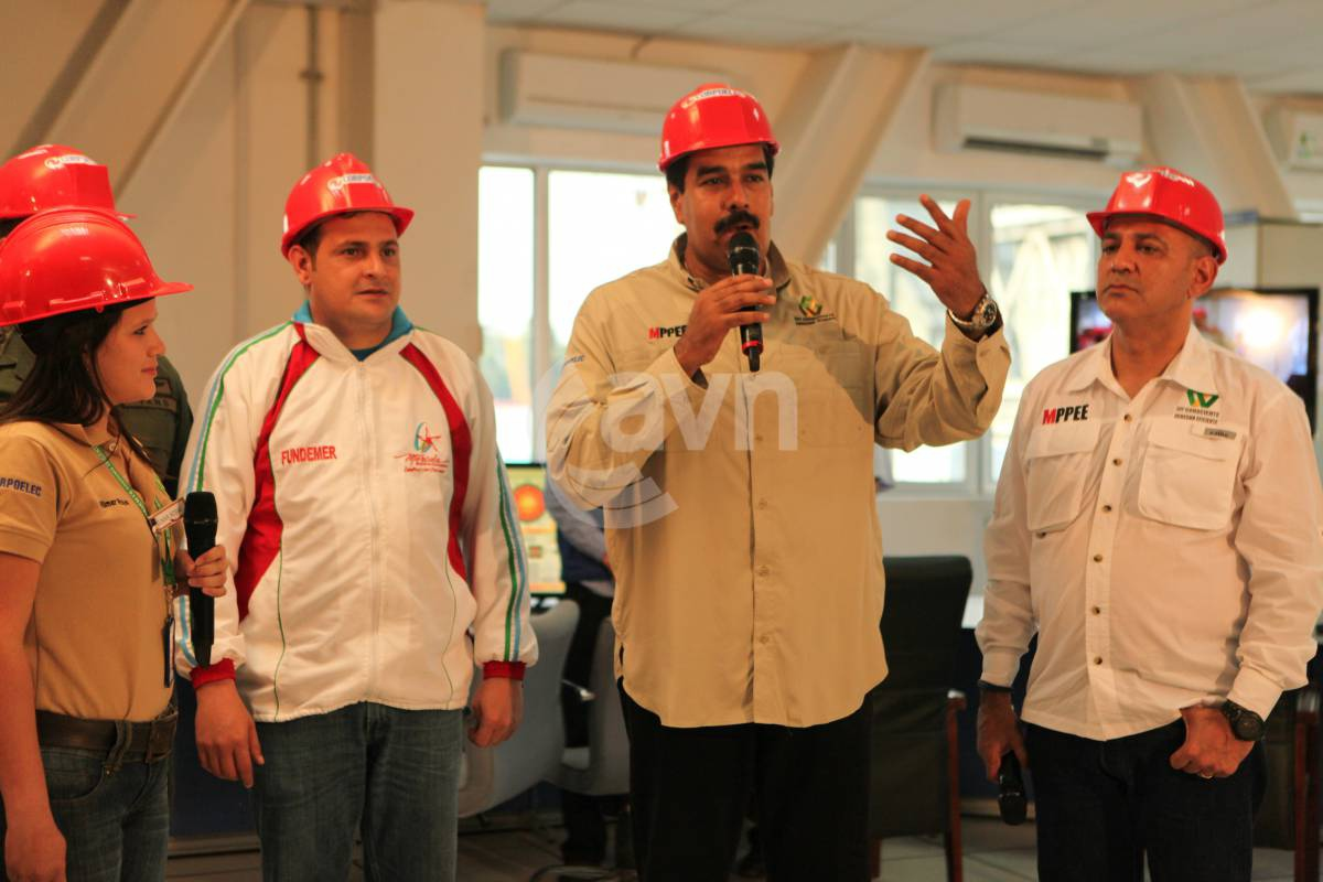 Venezuelan president Nicolas Maduro (centre - right) called on his government to give greater support to the construction of communes (AVN)