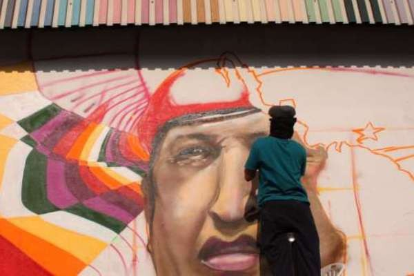 A mural underway in Chacao, Caracas (AVN)