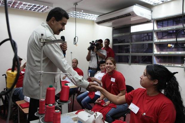 Maduro visiting the new cotton factory in Miranda on Tuesday (Prensa Miraflores)