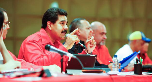 Maduro speaking with pro-government mayoral candidates on Tuesday (AVN)