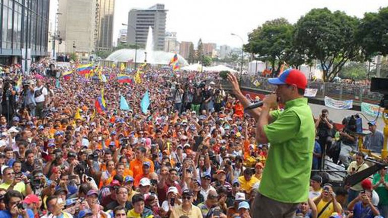 Henrique Capriles addressing supporters in central Caracas on Saturday (infobae / agencies)