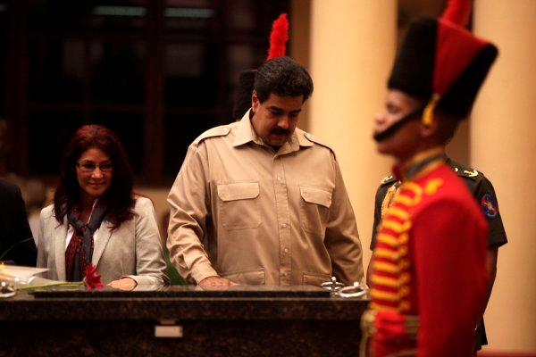 Nicolas Maduro and Cilia Flores beside Chavez's tomb in Barracks of the Mountain. (Sibci)