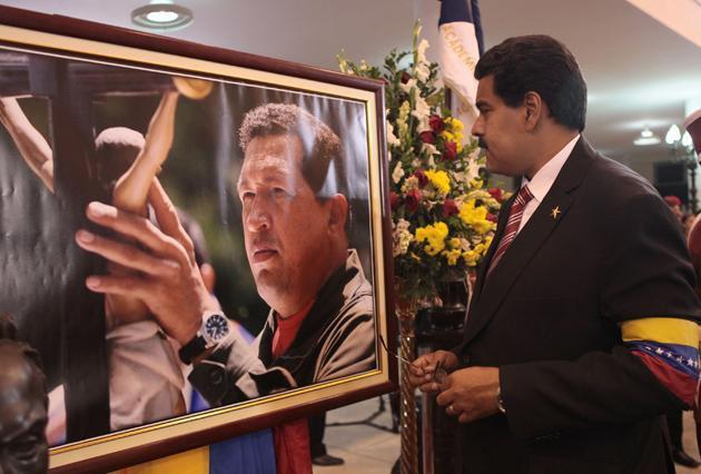 Maduro beside an image of Chavez (@nicolasmaduro)