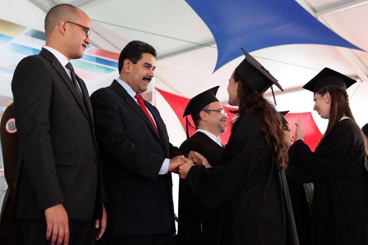 Community medicine doctors graduating from the ELAM, with President Maduro (centre left) (Prensa Presidencial)