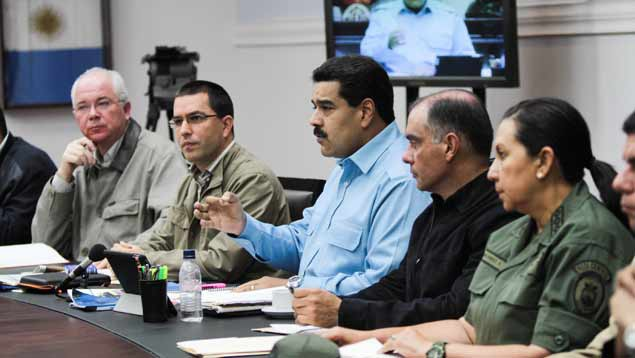 Nicolas Maduro announced measures to be implemented this week against speculation and hoarding in a televised address to the nation while flanked by cabinet ministers (Prensa Miraflores)