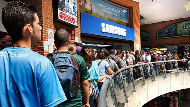 Queues outside one electronics stores forced to sell its products at fair prices (Últimas Noricias)