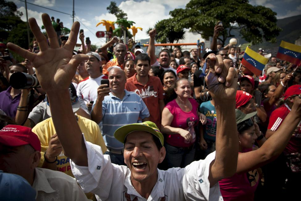 Venezuelans queuing to vote in the October 2012 presidential election (agencies)