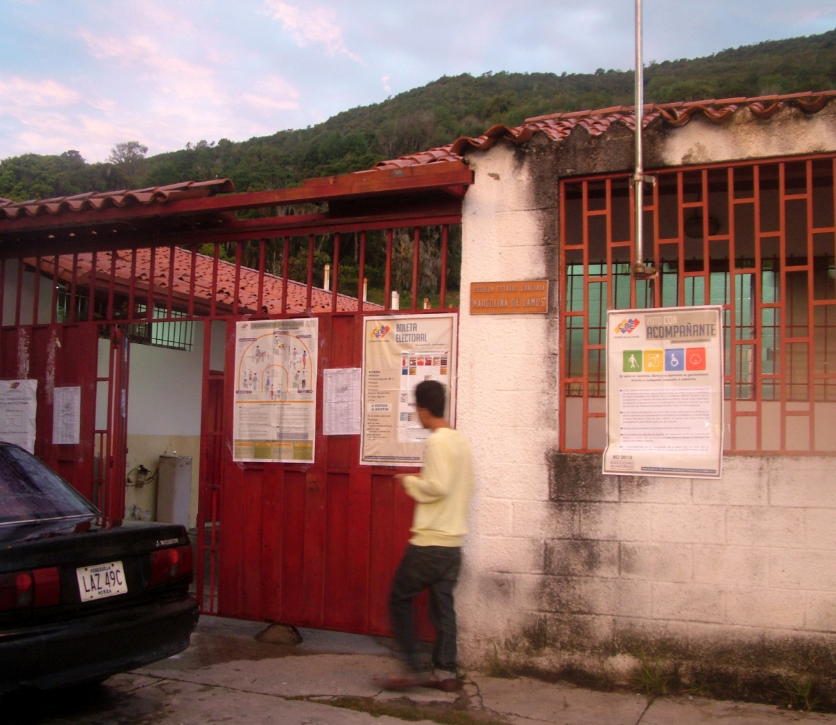 Someone arrives to vote in a booth in Merida today (Tamara Pearson /Venezuelanalysis.com)