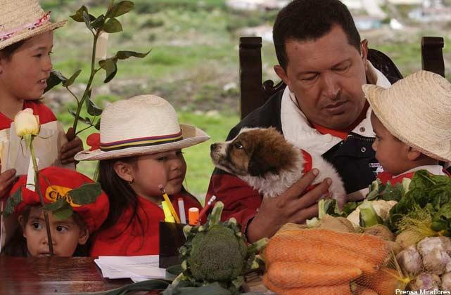 Former President Hugo Chavez with a dog called Nevado, in 2003 (Prensa Miraflores)