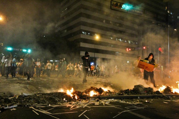 A burning street barricade. (Roberto Gil)