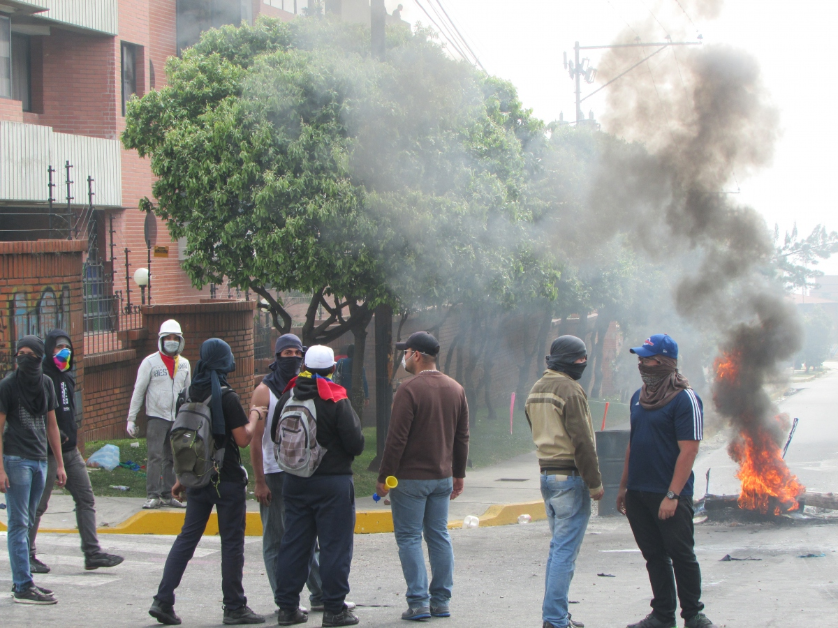 An opposition group in Merida today. (Ewan Robertson/Venezuelanalysis)