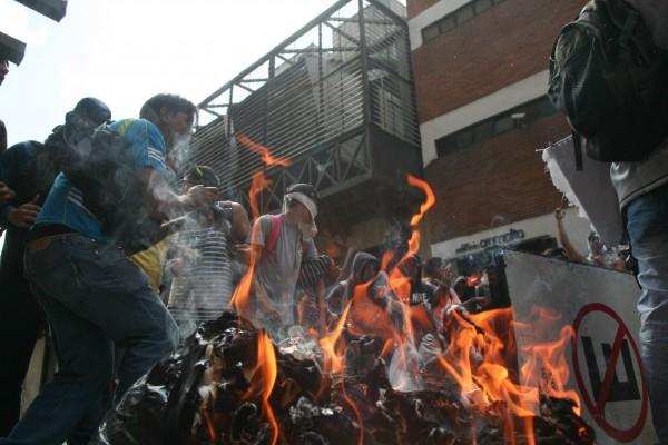 Violent opposition demonstrators in Caracas yesterday (Ángel de Jesús/AVN)