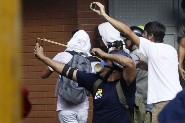 Opposition protester with a slingshot during clashes on Wednesday (Ángel de Jesús/AVN)