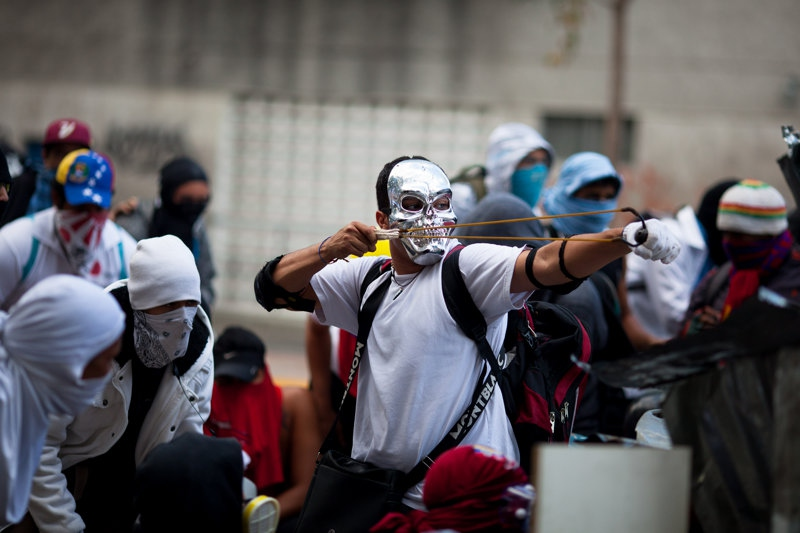 Violent opposition protestors in the Chacao municipality of Caracas on Sunday (Federico Parra)