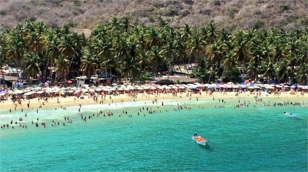 """One of the images of Venezuela's beaches this Saturday, shown by tourism minister Andres Izarra to argue that """"With this mobilisation [of tourists] that there has been this Carnival, it's being demonstrated to the country that the violent ones are a minority"""" (@IzarraDeVerdad)"""