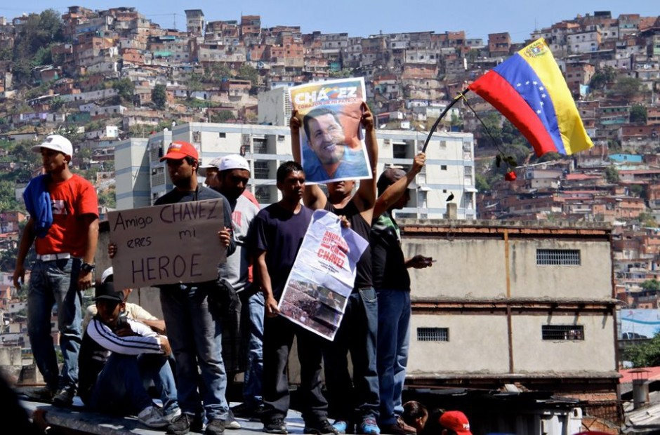 Youth stand in front of their barrio and show love for Hugo Chavez. (Saber y Poder)