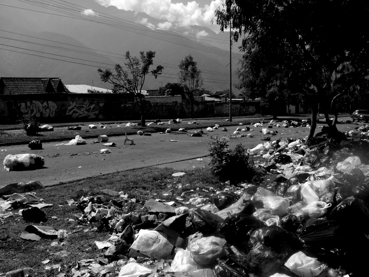 Rubbish scattered in front of a barricade outside Santa Anita, Merida (Tamara Pearson / Venezuelanalysis.com)