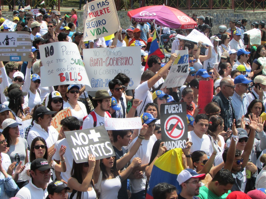 One of several large opposition protests that took place in Mérida at the peak of the unrest in February. (Ewan Robertson/Venezuelanalysis)