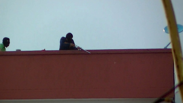 One of several snipers caught on film from behind opposition barricades during clashes with security forces in the city of Mérida last Saturday (TatuyTV)