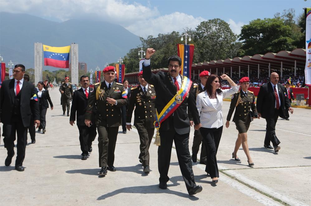 Maduro with his wife Cilia Flores on the procession (Prensa Miraflores)