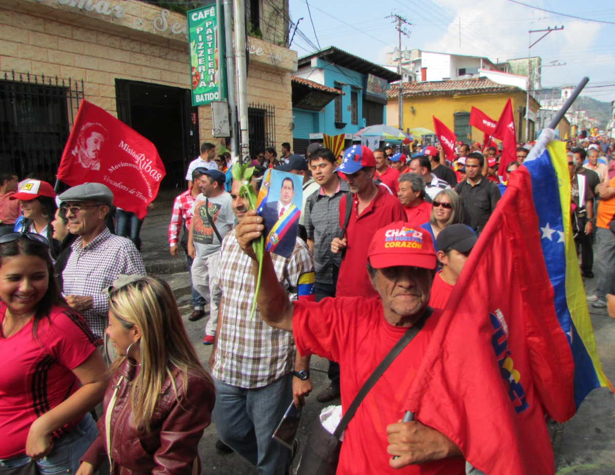 Several thousand government supporters marched through the streets of Mérida in honour of Chavez's memory (Ewan Robertson / Veneuelanalysis.com)